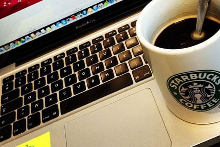laptop i kava
